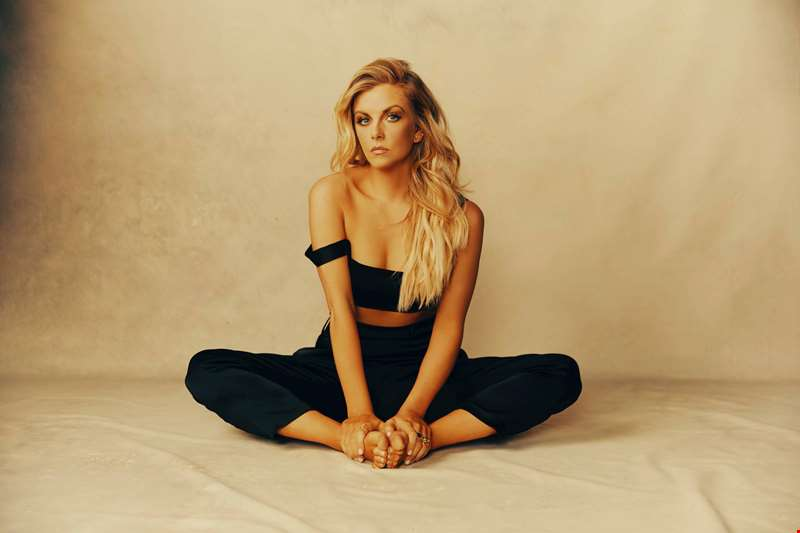"""I have been doing a lot of therapy..."" - Country star Lindsay Ell talks her new album Heart Theory"